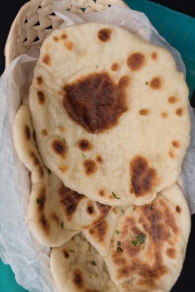 Zdjęcie - Naan na maślance - Przepisy kulinarne ze zdjęciami