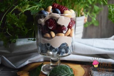 Zdjęcie - Szybki deser z mascarpone, jogurtem, nutellą, owocami i biszkoptami - Przepisy kulinarne ze zdjęciami