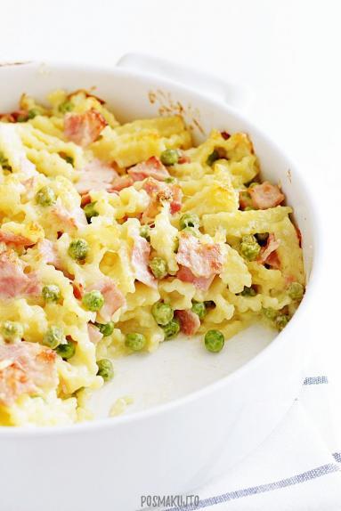 Zdjęcie - Zapiekanka makaronowa z szynką, groszkiem i sosem serowym - Przepisy kulinarne ze zdjęciami