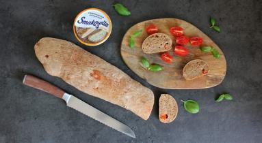 Zdjęcie - Pełnoziarnista bagietka z pomidorami i bazylią - Przepisy kulinarne ze zdjęciami