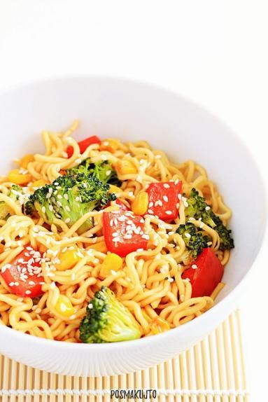 Zdjęcie - Makaron noddle z warzywami - Przepisy kulinarne ze zdjęciami