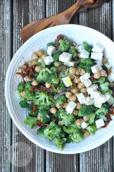 Zdjęcie - Sałatka z brokułami, ciecierzycą i fetą - Przepisy kulinarne ze zdjęciami