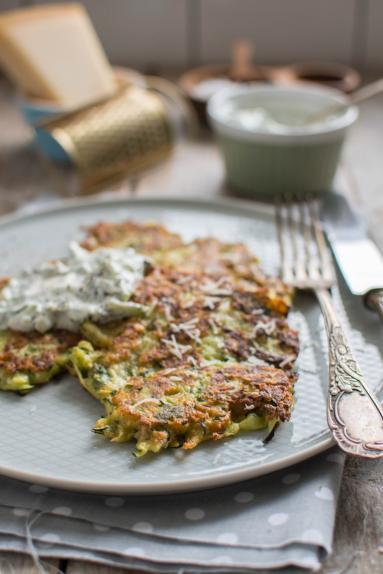 Zdjęcie - Parmezanowe placuszki z cukinii - Przepisy kulinarne ze zdjęciami
