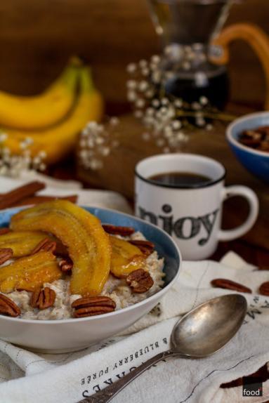 Zdjęcie - Owsianka z karmelizowanymi bananami i orzechami pekan - Przepisy kulinarne ze zdjęciami