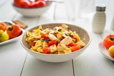 Zdjęcie - Sałatka makaronowa z kurczakiem, pomidorami i pestkami dyni - Przepisy kulinarne ze zdjęciami