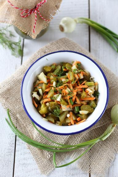 Zdjęcie - Surówka z kiszonych ogórków - Przepisy kulinarne ze zdjęciami