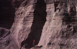 Осадові пласти, що сформувалися в 1980 році на горі Сент-Хеленс, вже стали крихкими до 1983 року. Взято з «Гранд-Каньйону: пам'ятник катастрофі» Д-ра Стіва Остіна