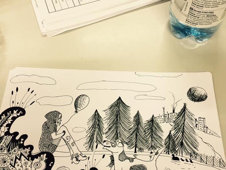Černobílá kresba na papíře - holka s kapucí sedí s balonkem na hoře u jezera, před ní stojí malý veselý bílý pes s fleky. V pozadí je les a slunce.