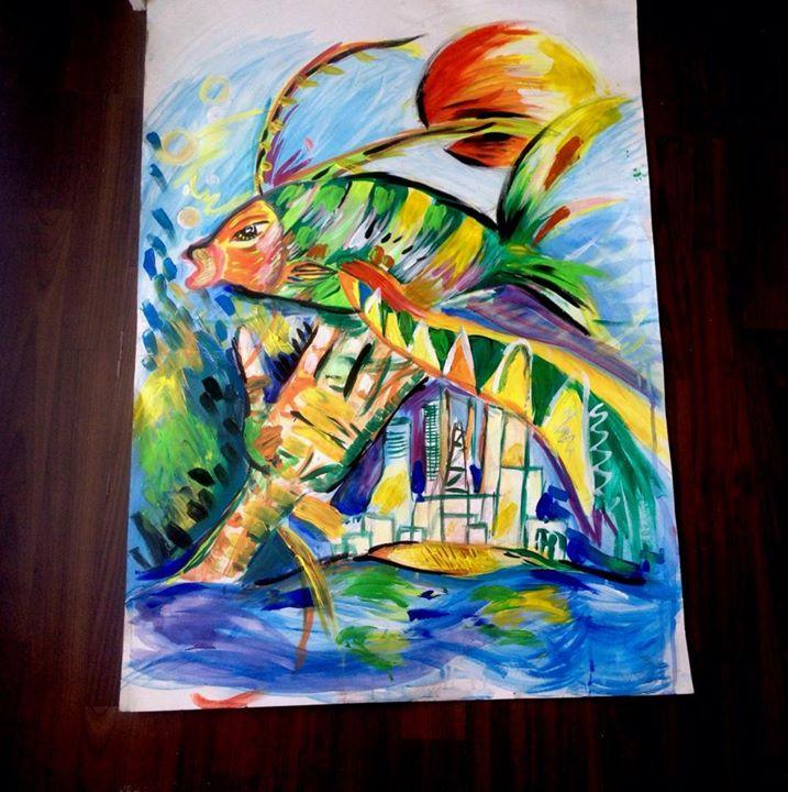 Malba na papíře - veliká ryba, pod kterou je natažená ruka, přelétává nad městem. V pozadí svítí veliké slunce.