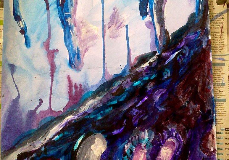 Modrofialová jeskyně s krápníky a různě stékajícími kapkami barevné vody.