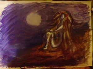 V noci sedící samotná figura s dlouhými vlasy, na pozadí svítí velký bílý měsíc.