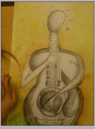 Akvarelová malba s tužkou, na žlutozeleném pozadí stojí černobílá kytara, která na sebe sama hraje - má ruce, které vyrůstají z těla kytary.