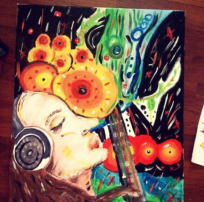 Akrylová malba na plátně - vepředu vidíme z profilu dívku se sluchátky a dlouhými hnědými vlasy, za ní je krk kytary a spoustu žlutočervených kruhů a modrobílozelených pruhů.