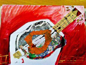Kubistická koláž kytary na červeném pozadí z mačkaného papíru.
