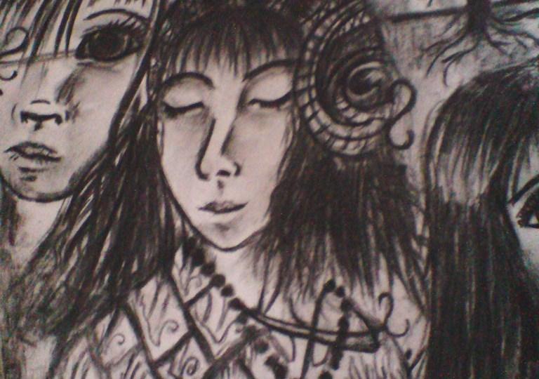Malba uhlem - uprostřed je dívka se zavřenýma očima a dlouhými černými vlasy ve středověkém oblečení, vedle ní vidíme části dvou dalších obličejů.