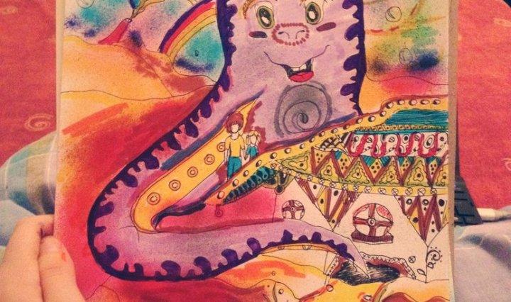 Malba veliké přátelské fialové chobotnice pod mořem s malým domečkem.