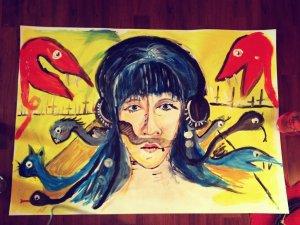 Akrylová malba ženy, za kterou stojí dvě červené příšery připomínající květiny, a přímo za ženou vystupují podivné hadí hlavy.
