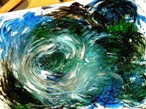 Abstraktní obraz vzniklý mícháním temperových barev na výkresu. Je tmavě modrozelený a uprostřed je bílý vír.