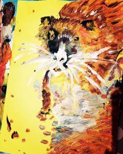 Na obrázku vidíme expresionistickou barevnou malbu nutrie na žlutém pozadí.