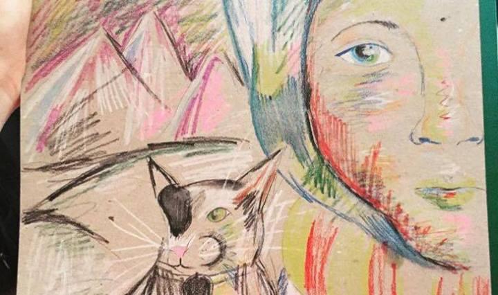 Na obrázku vidíme poloviční portrét paní a kočky, kterou má na rameni. Jdou spolu zimní krajinou. Je to namalováno akvarelovými pastelkami.