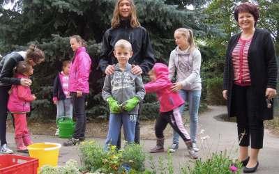 Osázení záhonu na školním dvoře