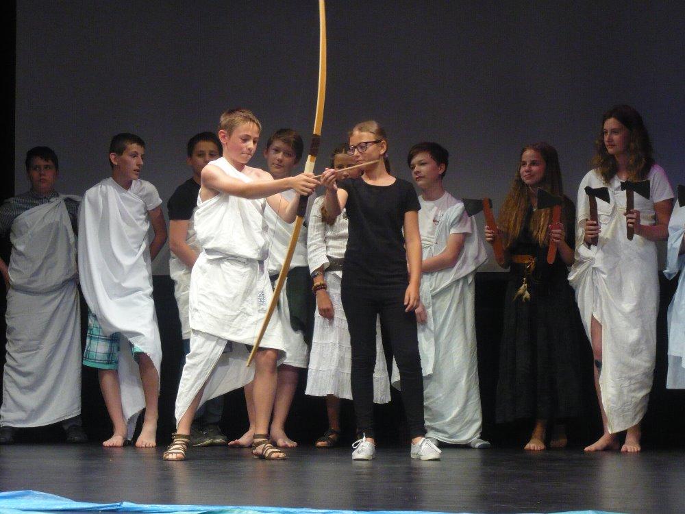 Odysseus chce prostřelit otvory dvanácti seker