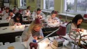 akademik, akryl, anatomia, aparaty, aparaty ortodontyczne, basen, baza noclegowa, bez matury, bezpłatna, bezpłatne, ból zęba, bursa, CAD-CAM, CAD/CAM, centrum, centrum medyczne, ceramika, certyfikat, ciekawa, ćwiczenia, częściowa, dentysta, dentystyczna, dentystyczne, dentystyczny, dentystycznych, do wynajęcia, dyplom, działalność gospodarcza, edukacja, ekonomia, etyka, EUROPASS, gabinet, gabinety ból, gips, grupy, hostel, implanty, indywidualne, internat, Internet, jama ustna, język angielski, kadra, kompozyt, komputerowe wspomaganie, komputery, kontakty interpersonalne, kształcenie, kursy, laboratorium, las, matura, małe, małe grupy, medycyna, medyczna, medyczne, mieszkania, migowy, modelarstwo, modelowanie, mosty, na całym, napalanie, naprawa protezy, nauczanie, nauczanie indywidualne, nauka, ortodoncja, ortodonta, pewny zarobek, pierwsza pomoc, plock, pokoje, policealna, policealne, pomaturalna, pomaturalne, porcelana, poziom, praca, pracownia, praktyka, promocja zdrowia, protetyk, protetyka, proteza całkowita, protezy, protezy ruchome, protezy stałe, przyszłość, psychologia, rysunek, rzeźba, socjologia, specjalista, specjalizacja, stacjonarnie, stała praca, stomatolog, stomatologia, studia, studium, studium dentystyczne, świecie, szansa, szczęka, szkolenia, szkoła, szkoły, szkoły średnie, Technik, technik dentystyczny, technika dentystyczna, techniki dentystyczne, teoria, uczeń, uśmiech, uznawane, w, w kraju, w kraju i zagranicą, weekendowo, wiedza, woj. Mazowieckie, woj. Łódzkie, wosk, wykonywanie prac ortodontycznych, wykonywanie protez, wykształcenie, wysoki, własna, za darmo, za granicą, zab, zakwaterowanie, zaocznie, zarobek, zatrzaski, zawód, zawodowa, zawodowe, zęba, zeby, Zgierz