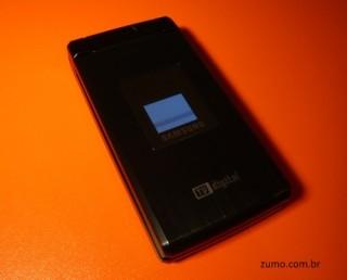 V820L: fechado - ele tem uma tela externa também