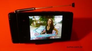 V820L: TV ligada, com a antena aberta