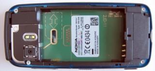 5800 sem a bateria: o SIM card precisa ser empurrado pela fresta à esquerda