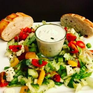 Vorspeise oder Hauptgang Gemischter Salat mit Tzatziki und Baguette