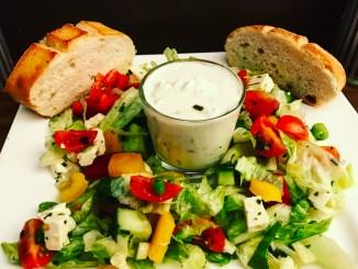 Gemischte Salat mit Tzaziki