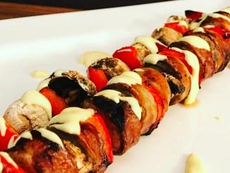 Bratwurst am Spieß mit Champignons Paprika