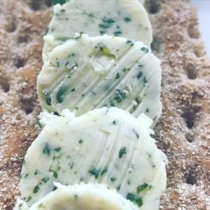 Selbstgemachte Knoblauch Limetten Grillbutter
