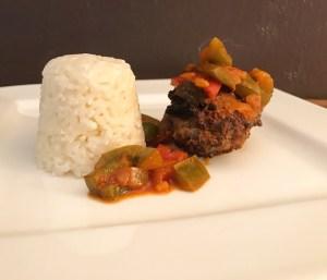 Frikadelle mit Paprika Soße an Reis