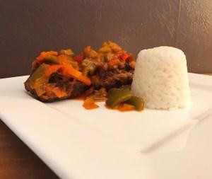 Frikadellen mit Paprika Soße an Reis
