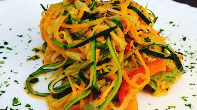 Pikanter Zoodles Salat mit Ajvar Sahne Dressing