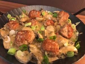 Einfach und Lecker Rustikale Champignons Pfanne mit kleinen Fleischbällchen