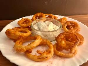 Serviervorschlag Onion Rings im Bier Teigmantel mit Sour Cream