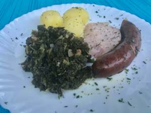 Hausmannskost Grünkohl mit Kohlwurst Kassler und Kartoffeln