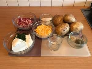 Gefüllte Speck und Käse Ofenkartoffel mit Sour Cream Zutaten