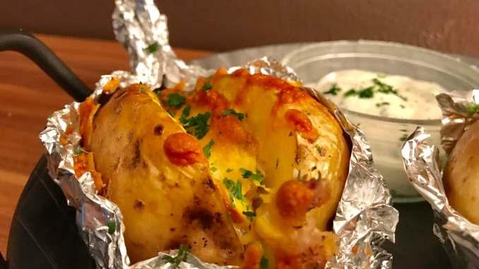 Gefüllte Speck und Käse Ofenkartoffel mit Sour Cream