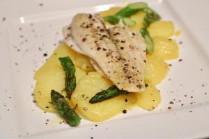 Serviervorschlag Schollenfilet auf Kartoffelsalat mit grünem Spargel