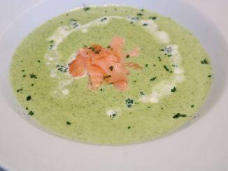 Broccolicremesuppe mit Lachsstreifen Serviervorschlag