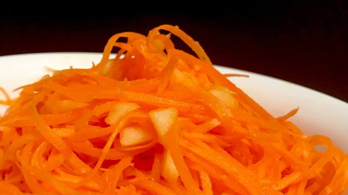 Karotten Apfel Salat mit Ingwer Serviervorschlag