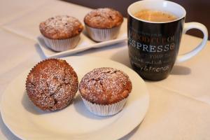 Apfel Nutella Muffins mit Schokoladen Raspeln Serviervorschlag
