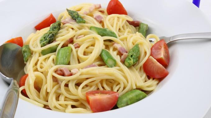 Spaghetti alla Carbonara mit gebratenen grünen Spargel Pasta Gericht