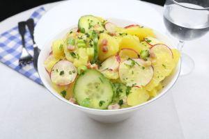 Kartoffelsalat mit Radieschen Gurke und Katenschinken Serviervorschlag