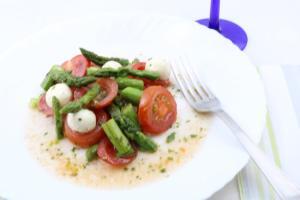 Grüner Spargel Salat mit Tomaten und Mozzarella Serviervorschlag