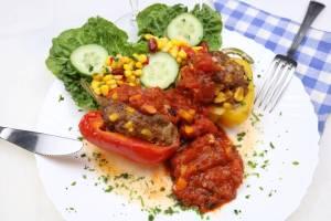 Gefüllte TexMex Paprikaschoten mit feuriger Tomaten Salsa Soße